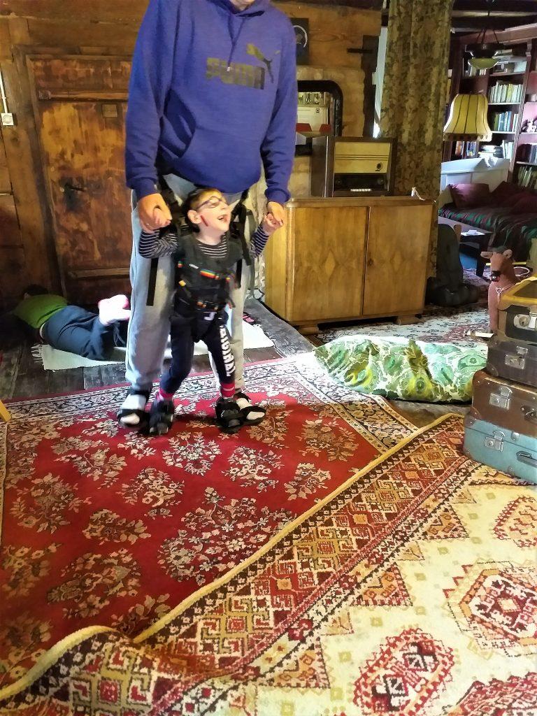 dziecko się śmieje, chodzi z tatą w Upsee