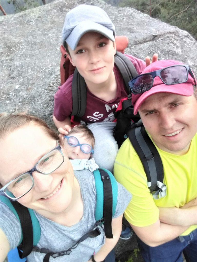 rodzina na wycieczce, rodzice i dwójka dzieci, selfie, wszyscy się uśmiechają,
