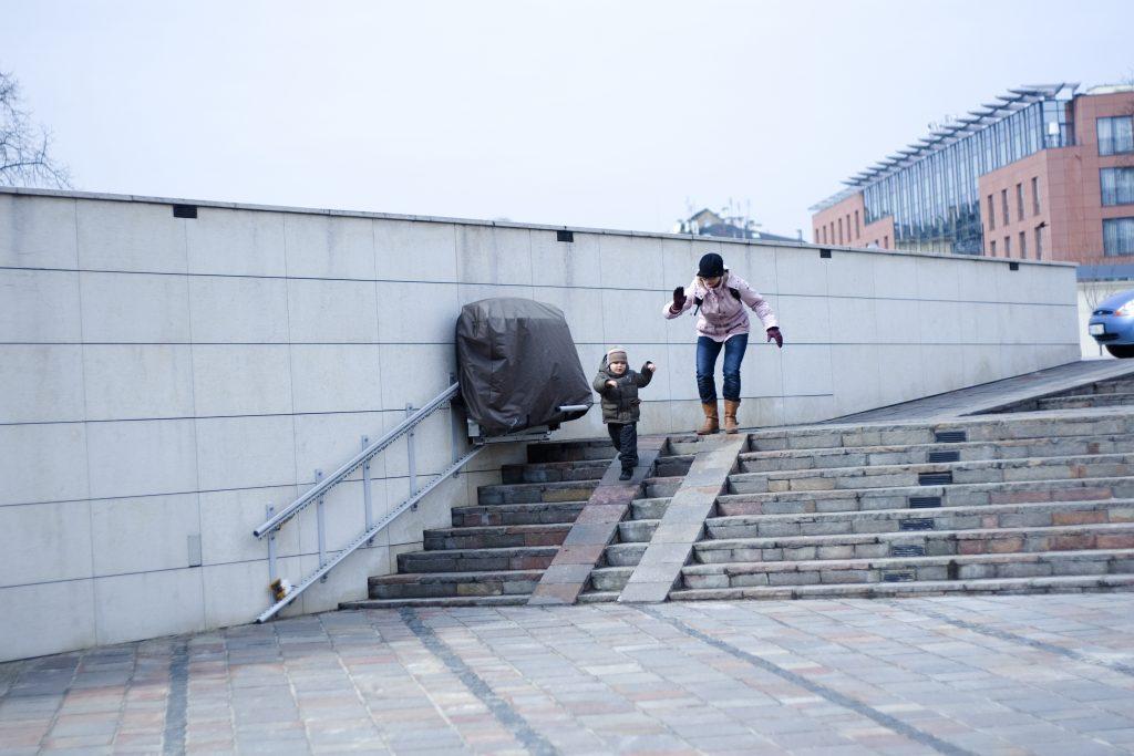 mama biegnie za 2 letnim synkiem zbiegającym ze schodów