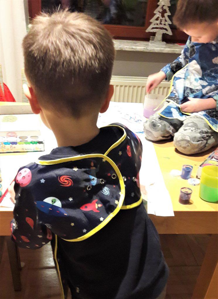 zdjęcie chłopca z tyłu, maluje