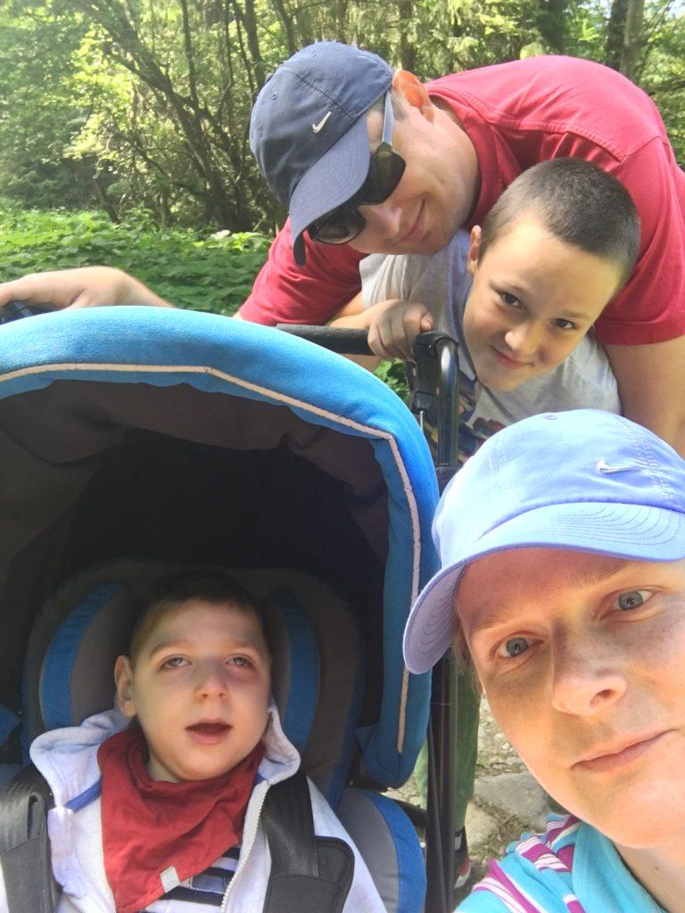 zdjęcie czterosobowej rodziny