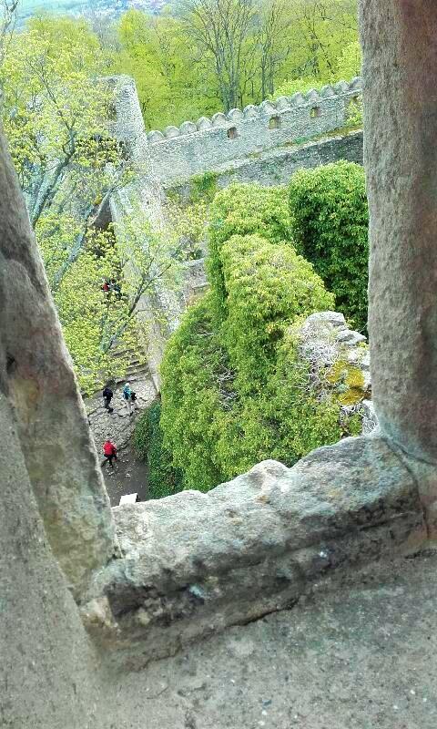 widok z okna w ruinach zamku, ruiny z jasnego kamienia, w dole zieleń